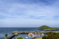 五颜六色的一些小船在爱尔兰港口 免版税库存照片