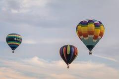 五颜六色的一些热空气气球通过天空公平地漂浮在黄昏在沃伦县农夫` s,和谐,新泽西, 8/1/17的 库存图片
