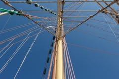 五颜六色的一条老风船的帆柱和索具 免版税图库摄影