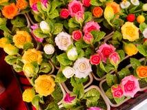 五颜六色的不朽的黏土花在商店 库存图片