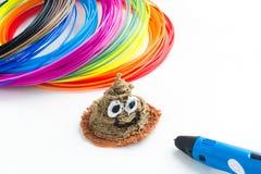 五颜六色的与3D放置在白色的笔的彩虹塑料细丝 孩子的新的玩具 3d绘画和图与他们自己的韩 免版税库存照片