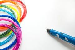 五颜六色的与3D的彩虹塑料细丝写作放置在白色 孩子的新的玩具 3d绘画和图用他们自己的手 图库摄影