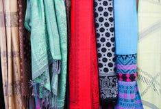五颜六色的东方土耳其丝绸围巾 免版税库存图片