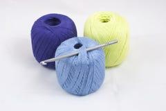 五颜六色的丝球和钩针编织 免版税库存照片
