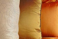五颜六色的丝绸坐垫 免版税库存照片
