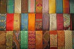 五颜六色的丝绸领带在伊斯坦布尔盛大义卖市场 免版税库存照片