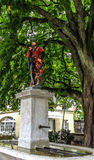五颜六色的中世纪信使雕象的美好的城市街道视图在精心制作的喷泉顶部的在伯尔尼,瑞士 库存照片