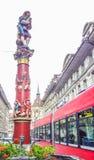 五颜六色的中世纪吹笛者雕象的美好的城市街道视图在精心制作的喷泉顶部的在伯尔尼,瑞士 免版税库存图片