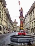 五颜六色的中世纪Zahringen雕象的美好的城市街道视图在精心制作的喷泉顶部的在伯尔尼,瑞士 免版税图库摄影