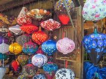 五颜六色的中国灯笼待售在一个室外市场上在越南 免版税库存图片