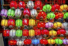 五颜六色的中文报纸灯笼Panjuan跳蚤市场北京池氏 免版税库存照片