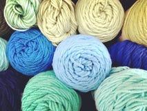 五颜六色的乐趣毛线丝球  免版税库存照片