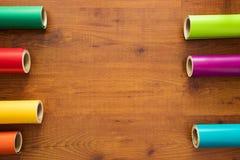 五颜六色的乙烯基在木背景滚动 库存照片