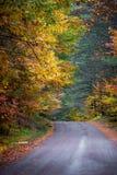 五颜六色的乡下公路在10月 免版税库存图片