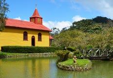 五颜六色的乡下教会 免版税库存照片