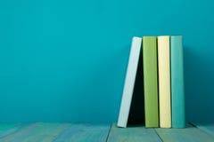 五颜六色的书行,脏的蓝色背景,赠送阅本空间 库存照片