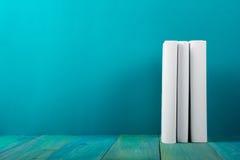五颜六色的书行,脏的蓝色背景,赠送阅本空间v 免版税库存图片