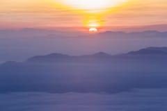 五颜六色的云彩在黎明 免版税库存照片