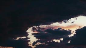 五颜六色的云彩退色对黑暗 影视素材