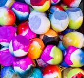 五颜六色的五彩纸屑被填装的复活节彩蛋壳 免版税库存图片