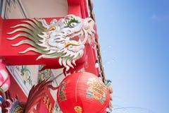 五颜六色的亚洲龙雕塑在美丽的中国寺庙屋顶装饰 免版税图库摄影