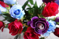 五颜六色的人为玫瑰 免版税库存照片