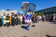 五颜六色的人民被做作为Manga由与服装的可笑的场面有一个大党 库存照片