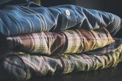 五颜六色的人衬衣行  免版税库存图片