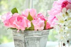 五颜六色的人造花和叶子 免版税库存照片