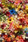 五颜六色的人造花-花卉背景 免版税库存照片