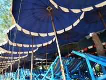 五颜六色的伞和海滩睡椅 免版税库存照片