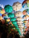 五颜六色的伞当街道装饰在尼科西亚,塞浦路斯 保护免受太阳和雨 图库摄影