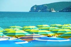 五颜六色的伞拥挤海滩意大利夏天gargano 库存照片