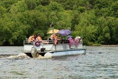 五颜六色的伞浮船小船 库存图片
