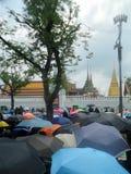 五颜六色的伞盖子泰国人在黑色穿戴与为通过国王追悼,曼谷,泰国 库存图片
