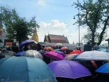五颜六色的伞盖子泰国人在黑色穿戴与为通过国王追悼,曼谷,泰国 图库摄影