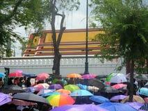 五颜六色的伞盖子泰国人在黑色穿戴与为通过国王追悼,曼谷,泰国 库存照片