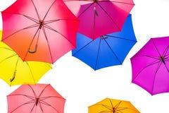 五颜六色的伞背景 在天空的五颜六色的伞 ST 免版税库存图片