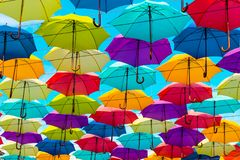 五颜六色的伞背景 街道装饰 免版税库存照片