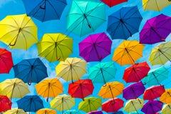 五颜六色的伞背景 街道装饰 免版税库存图片