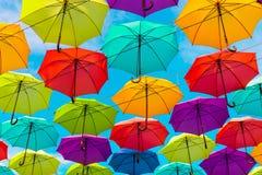 五颜六色的伞背景 街道装饰 库存图片