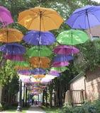 五颜六色的伞走道, Marquette,密执安 免版税图库摄影