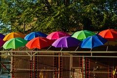 五颜六色的伞细节在一个小大厦的屋顶的在贝尔格莱德 库存照片