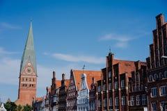 五颜六色的传统门面在有教会的老历史的集市广场在Luneburg,德国 免版税库存照片
