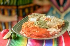 五颜六色的传统墨西哥食物盘 免版税库存图片