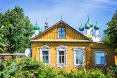 五颜六色的传统木房子,罗斯托夫,金黄圆环,俄罗斯 图库摄影