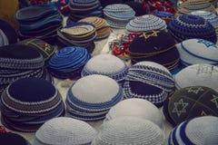 五颜六色的传统犹太圆顶小帽堆在老c的待售 免版税库存照片