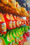 五颜六色的传统荷兰木鞋子 免版税库存图片