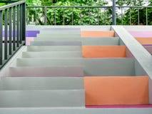 五颜六色的位子和台阶在体育场 库存图片
