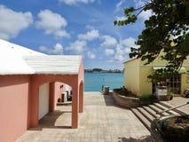 五颜六色的住宅圣乔治& x27; s,百慕大俯视的海湾 免版税库存图片